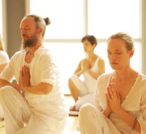 Algunas dinámicas de la yoga kundalini se realizan en pareja para incrementar el nivel energético y conseguir mayor estabilidad. (Tomado de yogayoga.com)