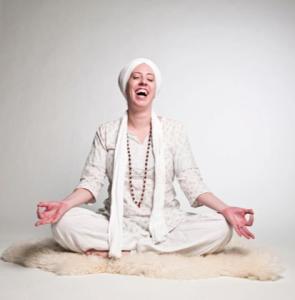 Las personas que practican los ejercicios de yoga constantemente manifiestan sentirse más  felices. (Tomado de www.karma-yoga.net)