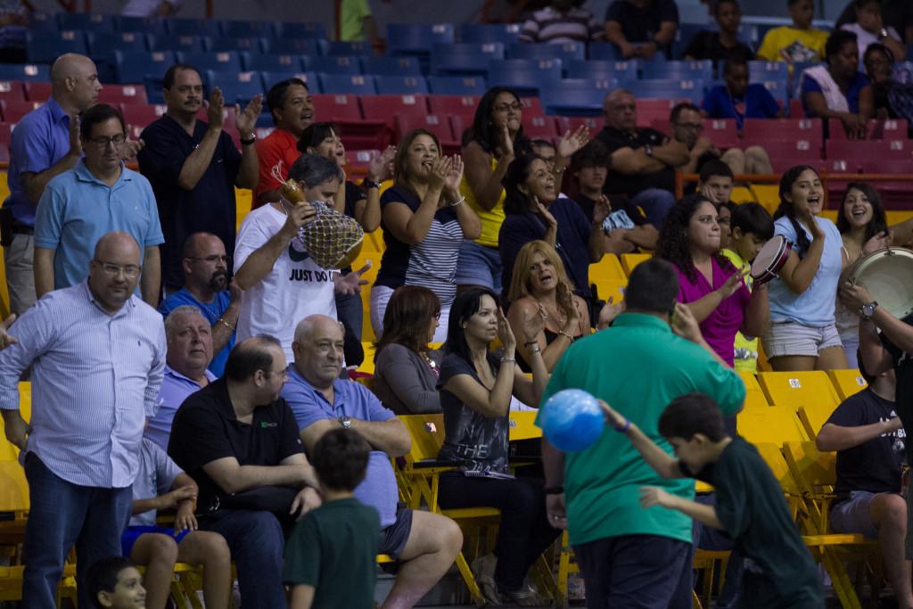 Un grupo de padres anima a sus hijos al son de plena durante el partido entre CIAPR y Carolina por el pase a la final del Torneo Juvenil de baloncesto celebrado en el Coliseo Héctor Solá Bezares, en Caguas. (Foto por Bryan García).