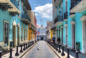 Calle Fortaleza, área colonial del viejo San Juan. Al fondo el Palacio de Santa Catalina (tomada de Abenteurer.net)