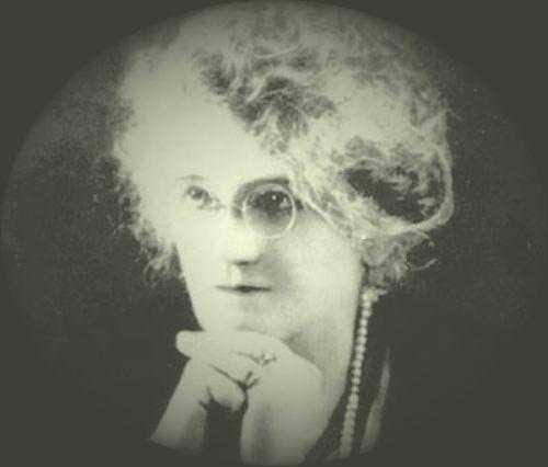 Trina Padilla de Sanz fue prosista, poetisa y defensora de los derechos de la mujer puertorriqueña.  Poseía pensamientos liberales y estuvo comprometida con el sufragio femenino. (Tomada de www.enciclopediapr.org)