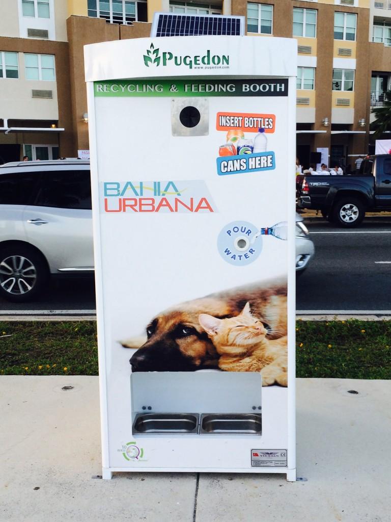 Un dispositivo inteligente de la compañía turca Pugedon, ubicado en la bahía del viejo San Juan, pretende aumentar el reciclaje mientras le ofrece a los animales callejeros agua y comida. (Por Daniella Claudio)