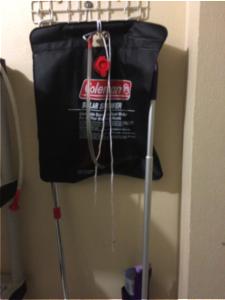 Cruz Rivera, utilizó una bolsa colgante de agua para banarse. Foto por: Dialem Vélez Sierra