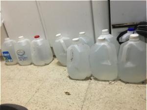 Galones ubicados en la cocina de Felix Rivera. La cocina de Felix Rivera estaba llena de galones de agua durante los días de racionamiento. Foto por: Dialem Vélez Sierra