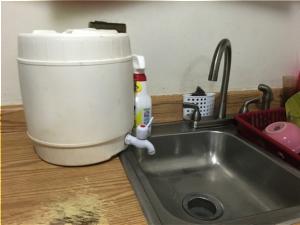 Mientras, en la cocina Rivera instaló un pequeño dron para el uso del fregado. Foto por: Dialem Vélez Sierra