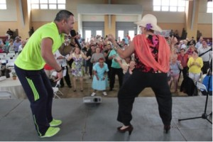 Arnaldo Rojas hace bailar a participante sobre una charla de calidad y bienestar de vida. Tomada de www.drd.com