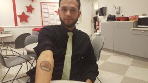 Francisco nunca espero ser rechazado por el tatuaje que lleva en su brazo derecho.