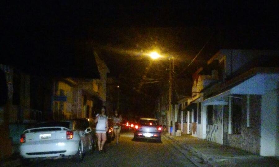 La poca iluminación de la calle Maymi en Caguas, es perfecto para encubrir la prostitución. (Foto por Daisy Ayala)
