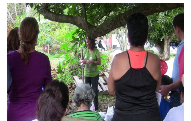 La agricultora Irene Marte relata sobre los avivamientos de monos.