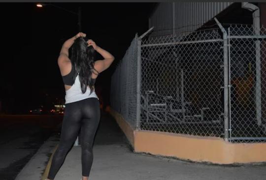 Desde las 9:00 p.m. este hombre camina por la calle Luis Muñoz Rivera de Caguas donde se prostituye todos los miércoles. (Foto por Daisy Ayala)