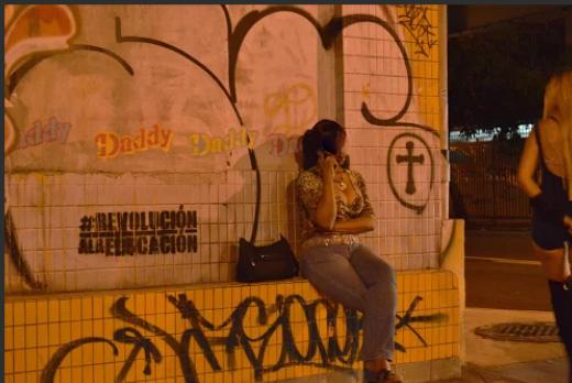 En la calle Condado en Santurce, estas dos mujeres esperan a sus clientes todas las noches. (Foto por Daisy Ayala)